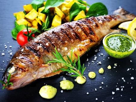 Печена риба лаврак на скара с чесън и билки (мащерка, розмарин, див лук) - снимка на рецептата